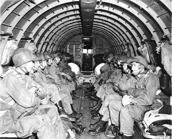 USA armádní parašutisté uvnitř C-47