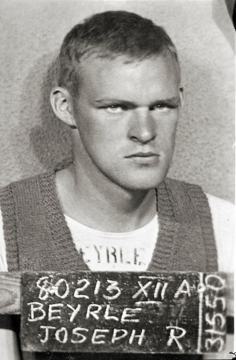 Seržant Joe Beyrle jako válečný zajatec (POW)